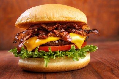 Naklejka Boczek burger z wołowiny patty na czerwonym drewnianym stole