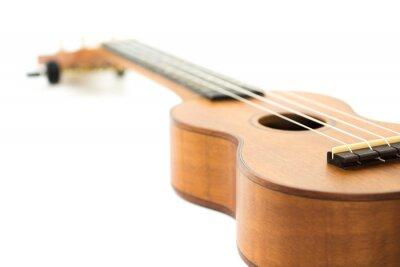 brązowa drewniana ukulele na białym tle, selektywne focus