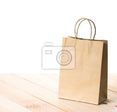 brązowe torby papierowe statki na drewnianym stole, białe tło