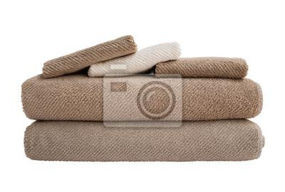Brown i białe ręczniki w stos wyizolowanych nad białym