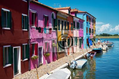 Burano, Wenecja. Kolorowa architektura domów, kanał wyspa Burano i łodzie. Lato 2017, Włochy