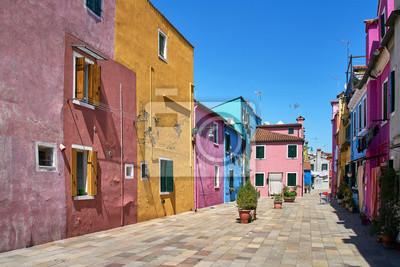 Burano, Wenecja. Kolorowa architektura domów na placu. Lato 2017, Włochy