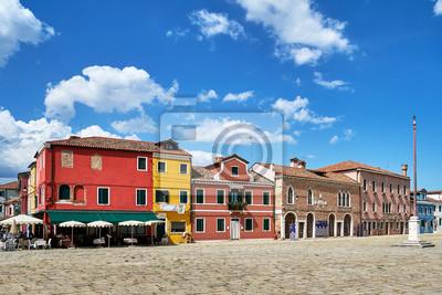 Burano, Wenecja. Stara kolorowa dom architektura przy kwadratem. Lato 2017, Włochy