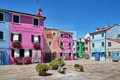 Burano, Wenecja. Stara kolorowa dom architektura przy kwadratem z fontanną. Lato 2017, Włochy