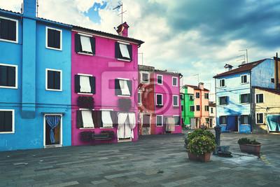 Burano, Wenecja. Stara kolorowa dom architektura przy kwadratem z fontanną. Lato 2017, Włochy. Pochmurna pogoda, stonowana