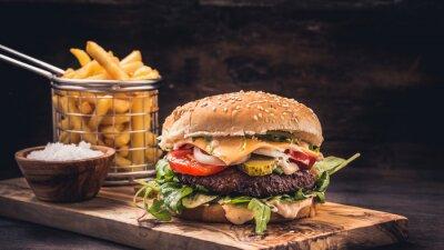 Naklejka Burger z frytkami na drewnianych