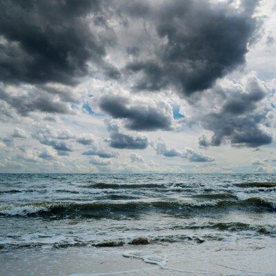Naklejka burzliwe niebo nad ciemnym morzu