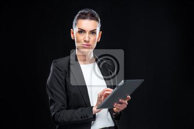 Businesswoman przy użyciu cyfrowego tabletu