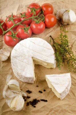 Naklejka Camembert z czosnkiem, pieprzem, pomidorów i tymianku na brązowym p