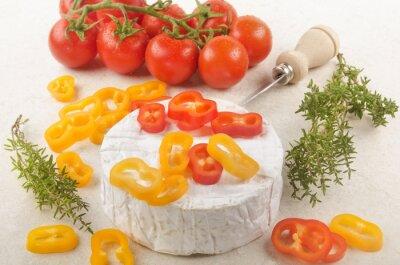 Naklejka Camembert z papryką, pomidorem i tymiankiem