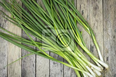 Naklejka cebula walijski na plank drewna, warzywa w tle