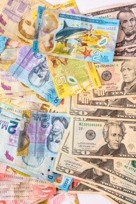 Naklejka Cenital de grupo de billetes de dólares estadounidenses y billetes colones de Costa Rica