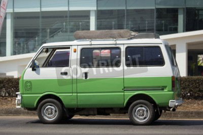 Naklejka CHIANG MAI, TAJLANDIA - 27 lutego 2018: Prywatny Daihatsu stary samochód Van. Zdjęcie na drodze nr 1001 około 8 km od centrum Chiangmai w Tajlandii.