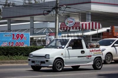Naklejka CHIANG MAI, TAJLANDIA - MAJ 21 2018: Kokosowy lody sklep na Daihatsu Mira Mini ciężarówce. Fotografia przy Północną autostrady drogą chiangmai miasto.