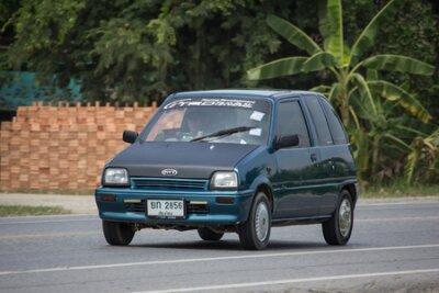 Naklejka Chiangmai, Tajlandia - 17 września 2018 r .: Prywatny samochód miejski, Daihatsu Mira. Zdjęcie przy drodze nr 121 około 8 km od centrum Chiangmai w Tajlandii.