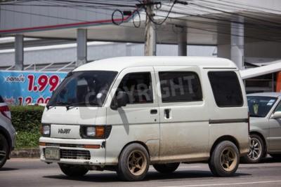 Naklejka Chiangmai, Tajlandia - 24 września 2018: Prywatny Daihatsu stary samochód Van. Na drodze nr 11001, 8 km od miasta Chiangmai.