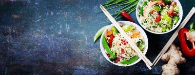 Naklejka Chiński makaron z warzywami i krewetkami
