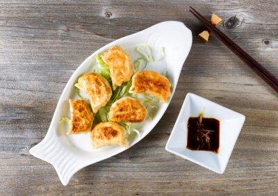Naklejka Chińskie pierożki smażone danie z sosem zanurzenie gotowe do spożycia