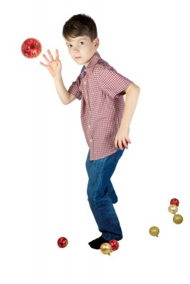 Chłopiec rzuca piłkę choinki. Samodzielnie na białym tle orientacji background.Vertical.