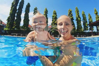 Chłopiec śmieje się z radości matka zsumowanie w basenie