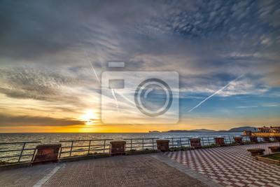 Chmury nad Alghero nadbrzeże o zachodzie słońca
