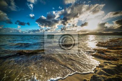 Chmury nad morzem przy zmierzchem