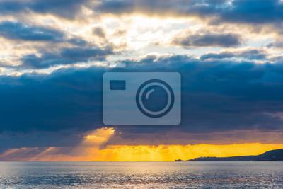 Ciemne chmury nad morzem o zachodzie słońca