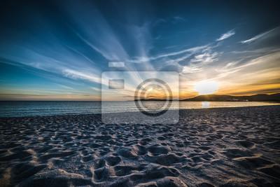 Ciemne niebo nad morzem o zachodzie słońca widać z ziemi