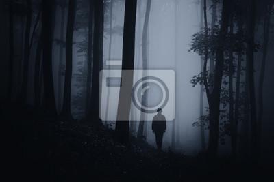 ciemny halloween lasy sceny z sylwetką człowieka na leśnej drodze