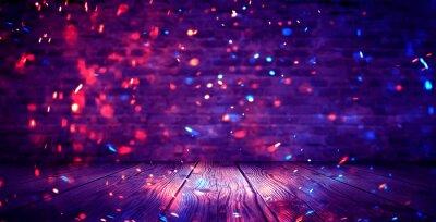 Naklejka Ciemny pokój w piwnicy, pusty stary mur, iskry ognia i światła na ścianach i drewnianej podłodze. Ciemne tło z dymem i jasnymi refleksami. neony na ścianie, widok nocny.