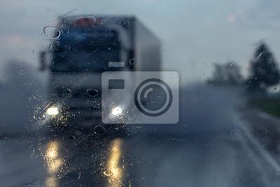 Ciężarówka w deszczu