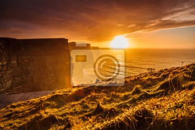 Naklejka Cliffs of Moher o zachodzie słońca w hrabstwie Clare, Irlandia Europie