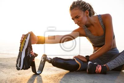 Naklejka Cropped wizerunek skoncentrowana niepełnosprawna atlety kobieta