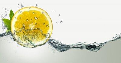 Naklejka Cytryny i bryzgami wody.