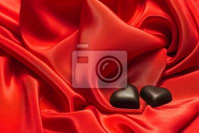 Czarne czekoladowe na czerwonym jedwabiem