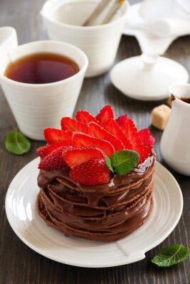 Naklejka Czekoladowe naleśniki z kremem czekoladowym i truskawkami.