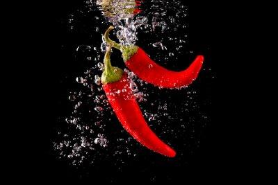 Naklejka Czerwona papryka wpadająca Do Wody