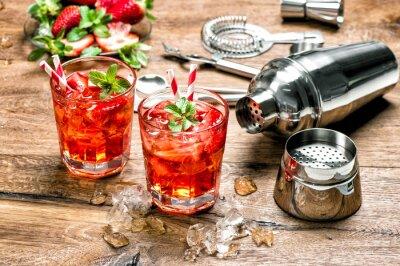 Naklejka Czerwony napój z lodem. Narzędzia do przygotowywania Cocktail Bar