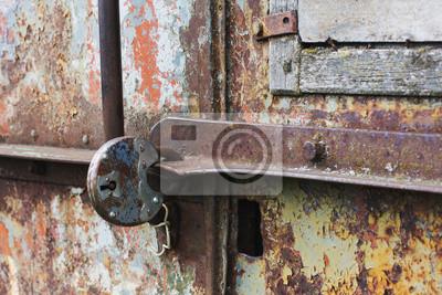 Część zardzewiały metalowe drzwi zamknięte stary zamek
