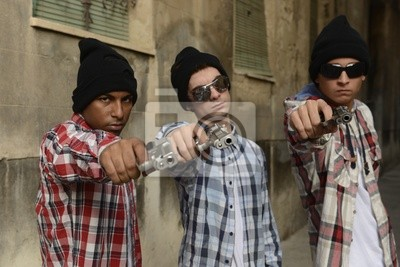 Naklejka Członków gangu z bronią na ulicy