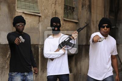 Naklejka Członków gangu z pistoletów i karabin na ulicy