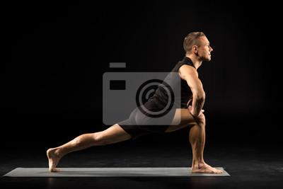 Człowiek stojący w pozycji jogi