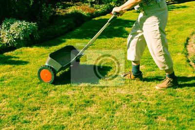 Naklejka Człowiek zapładnia trawnik