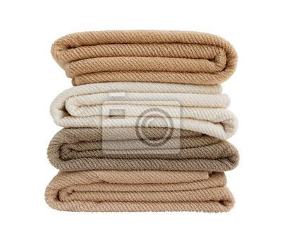 Cztery kolorowe ręczniki w stos wyizolowanych nad białym