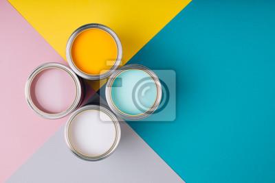 Naklejka Cztery otwarte puszki farby na jasnym tle symetrii. Żółte, białe, różowe, turkusowe kolory farb. Miejsce na tekst. Koncepcja renowacji.