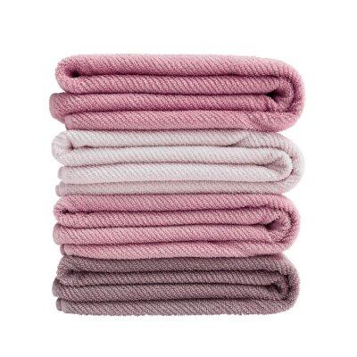 Cztery różowego kąpielowego ręcznika odizolowywającego nad bielem