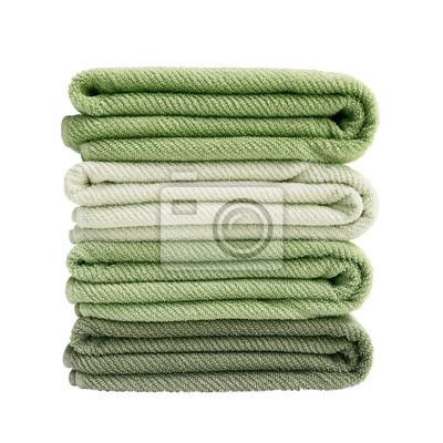 Cztery zielone ręczniki kąpielowe w stos samodzielnie nad białym