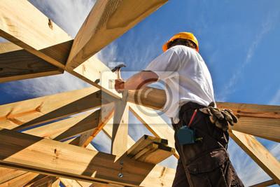 Naklejka dekarz, stolarz pracujący na konstrukcji dachu na budowie