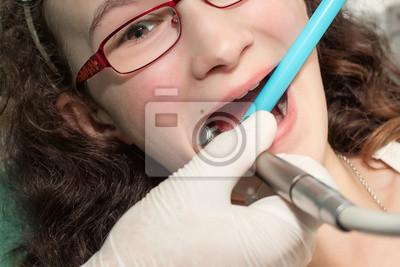 Dentysta rozpatrywania dziewczyna nastolatka