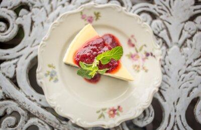 Naklejka Deser - sernik z sosem jagody i zielonej mięty, widok z góry